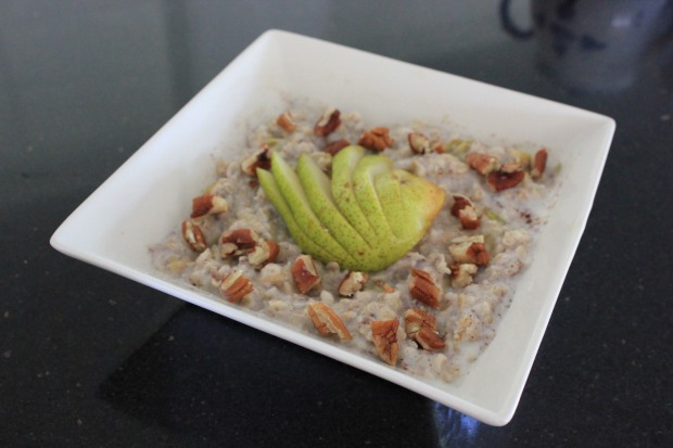 Oats with cinnamon, pear and pecans