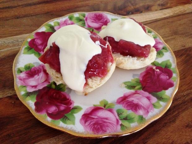 Sugar-free scones with jam and cream